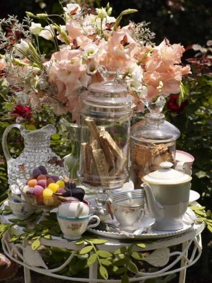 El centro de mesa también puede tener motivos rosas. Foto de BHLDN