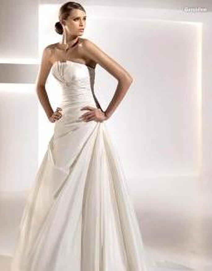 Pronovias 2010 - Geraldine, vestido largo de cuerpo drapeado, escote en pliegues
