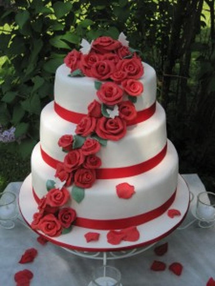 Torte di nozze con rose rosse