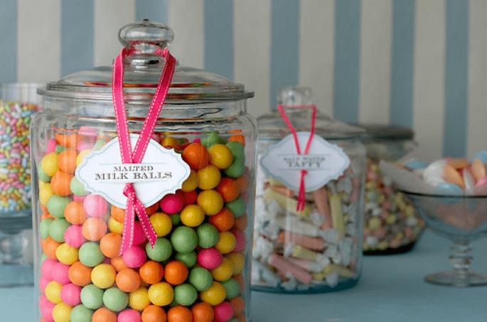 Envases para postres coloridos para la mesa de postres de tu boda - Foto Amy Atlas