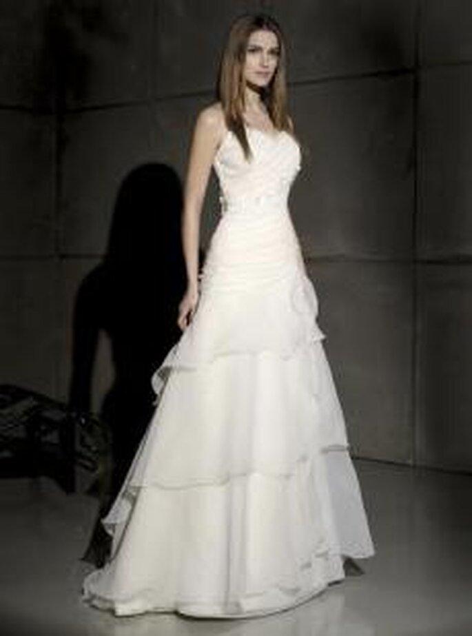 Villais 2010 - Greta, vestido largo en sedas, de líneas diagonales, corte princesa
