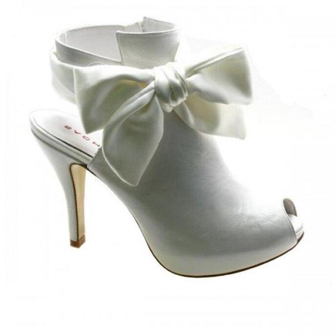 Zapato de novia con forma de botin y lun moño - Foto Sacha London