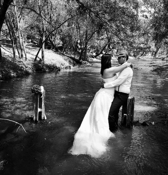 Toma de sesión de fotos Trash the Dress en blanco y negro - Foto Casa Fragma