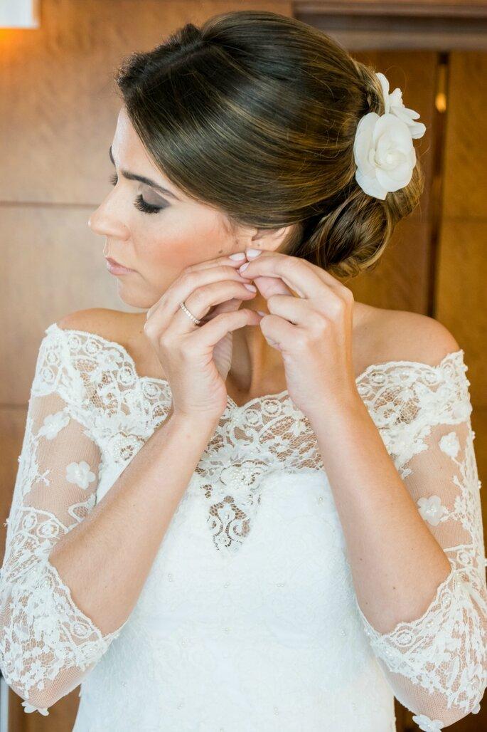 Vestido da noiva Atelier Carol Hungria  Grinalda.acessório de cabelo Atelier Ruth  Cabelo e Maquiagem Olivia Quintanilha Foto Momento Fotográfico