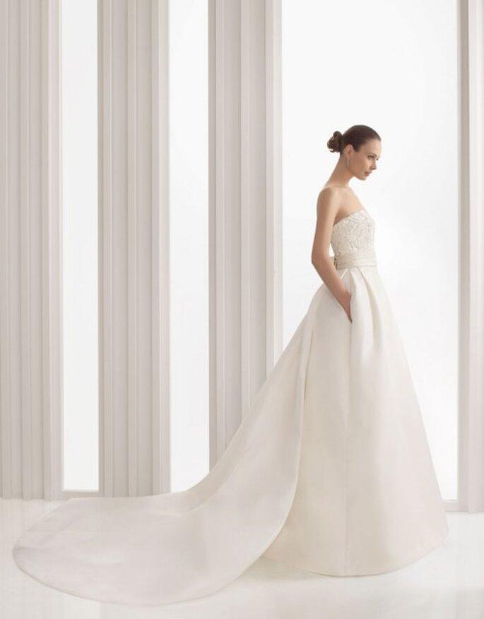 Vestido de novia con cauda larga. Rosa Clará 2012