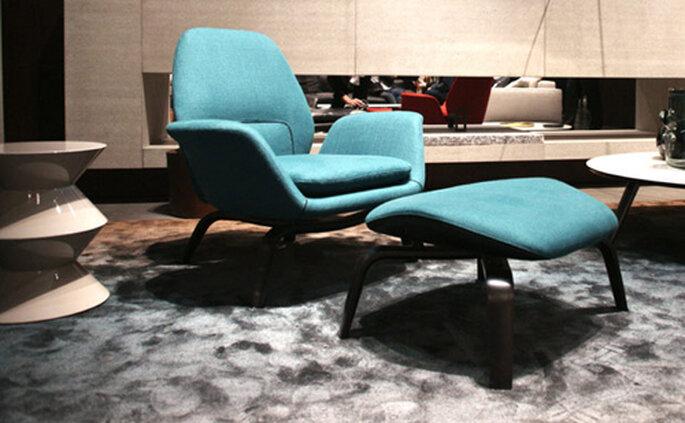 Ispirata al design nordico anni '50 e '60, la poltrona con poggiapiedi Gilliam di Minotti