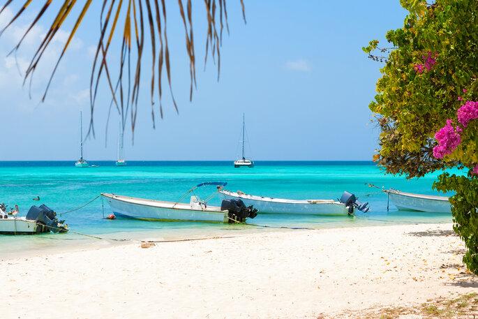 Playa tropical de la isla Gran Roque con botes, Archipiélago Los Roques, Venezuela.