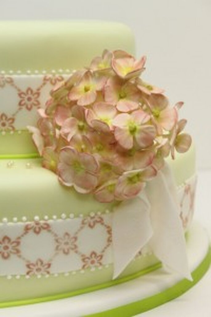 Hochzeitstorte Vintagestil mit Hortensienblüte und Schleife