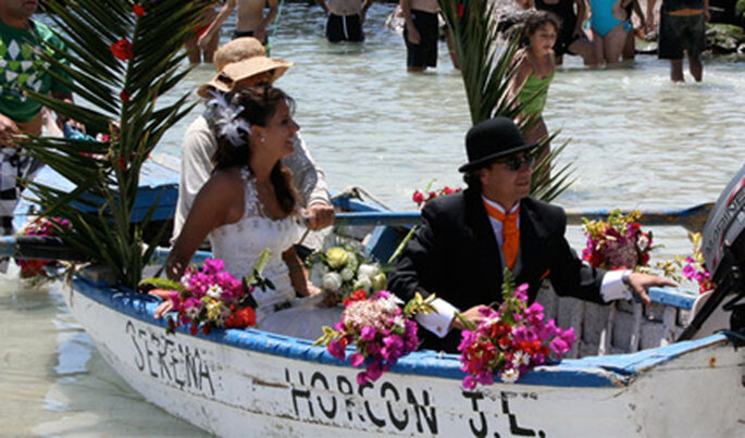 Un bote pesquero decorado lleva a los novios de la Iglesia al Club El Tebo.