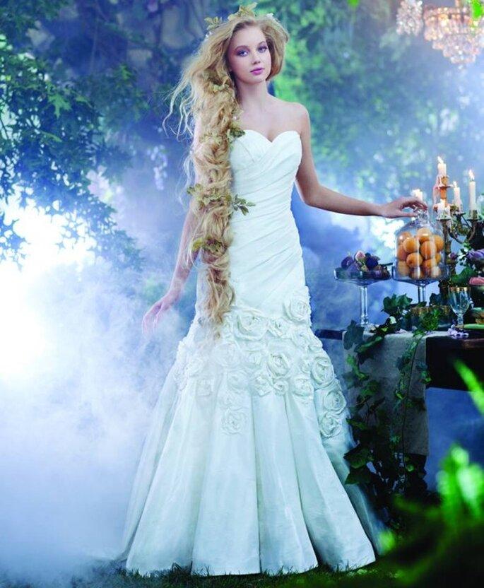 Vestido de novia corte sirena con flores superpuestas y escote corazón inspirado en Rapunzel - Foto Alfred Angelo