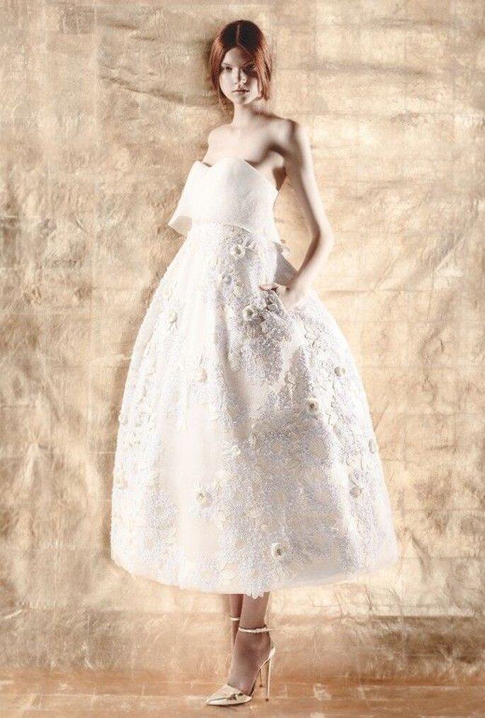 Vestido de novia midi con escote strapless, detalles florales y falda amplia - Foto Del Pozo