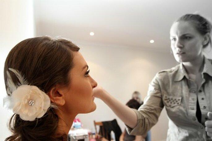 Contrata un experto para maquillarte si crees no estar segura de hacerlo tu sola.