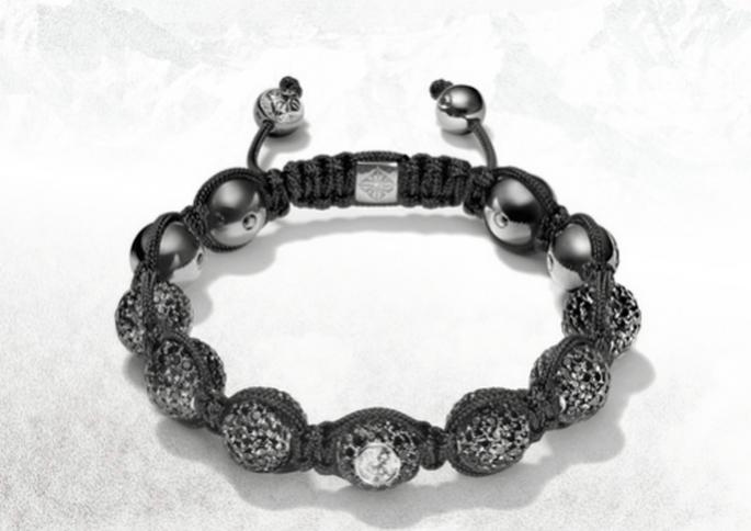 Brazalete para novia con hilo negro, diamantes y pedrería en colores fríos - Foto Shamballa Jewels