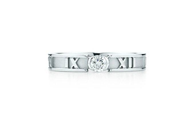 Atlas® ring. El estilo tiene un nombre. Anillo en oro blanco de 18K con un diamante brillante redondo. 3 mm de ancho.
