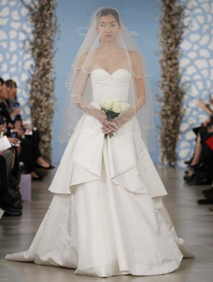 Vestido de novia con silueta peplum alargada y escote corazón - Foto Oscar de la Renta