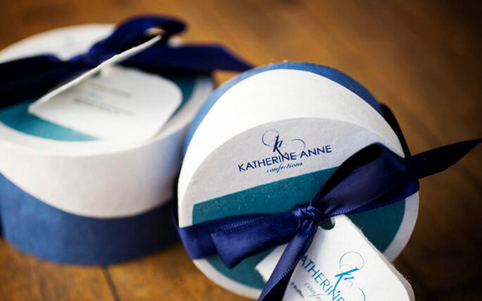 Pintorescas cajitas circulares blancas con detalles azules