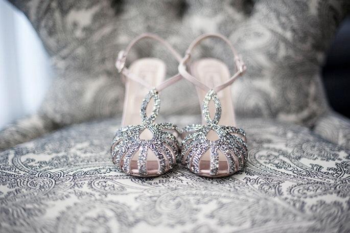 Zapatos de novia con brillos y aplicaciones - Foto Justin & Mary