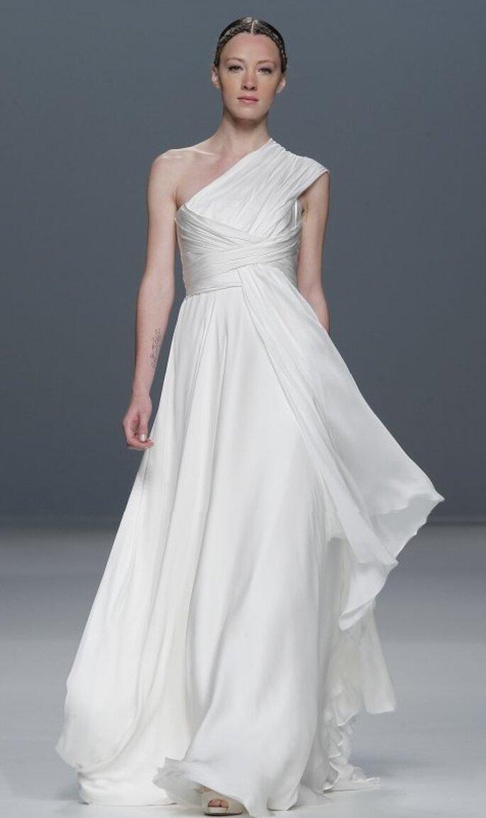 Vestido de novia con líneas asimétricas.  Jesús del Pozo 2012