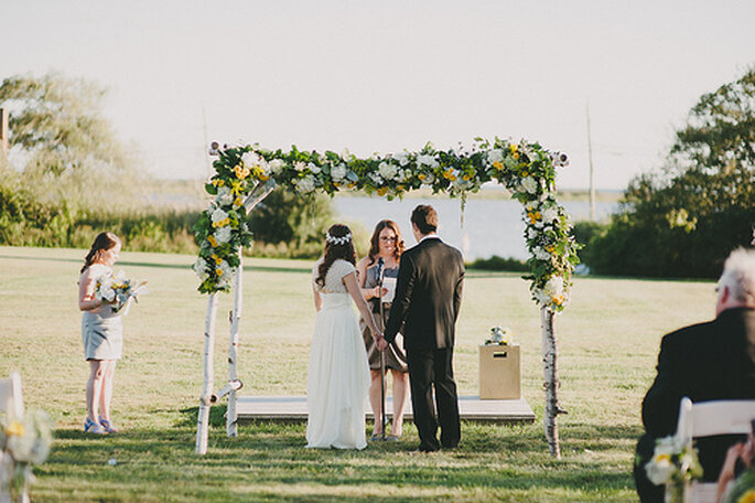 Pour une cérémonie en plein air, misez sur des fleurs jaunes pour une décoration champêtre. Photo: Alexandra Roberts