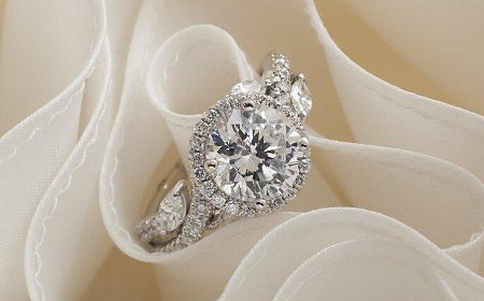 Sofisticado anillo de compromiso con un diamante redondo - Foto Monique Lhuillier