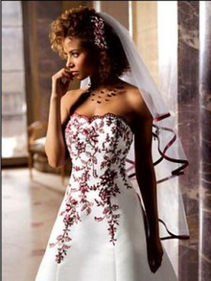 vestito da sposa senza spalline con fiori rossi