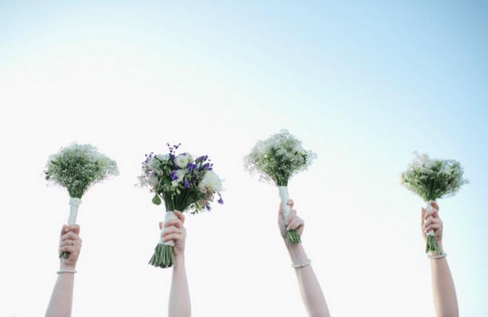 La novia y sus damas con ramos de flores blancas - Foto Nadia Meli