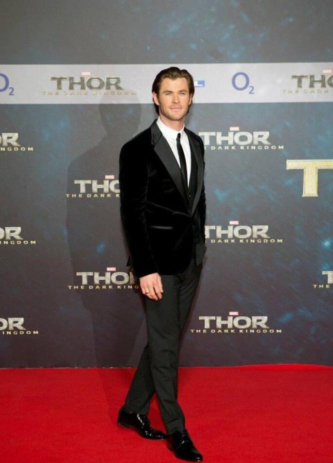 """Chris Hemsworth luce un elegante traje con chaqueta de terciopelo negro en la premiere de """"Thor: The Dark World"""" - Foto Thor Facebook"""
