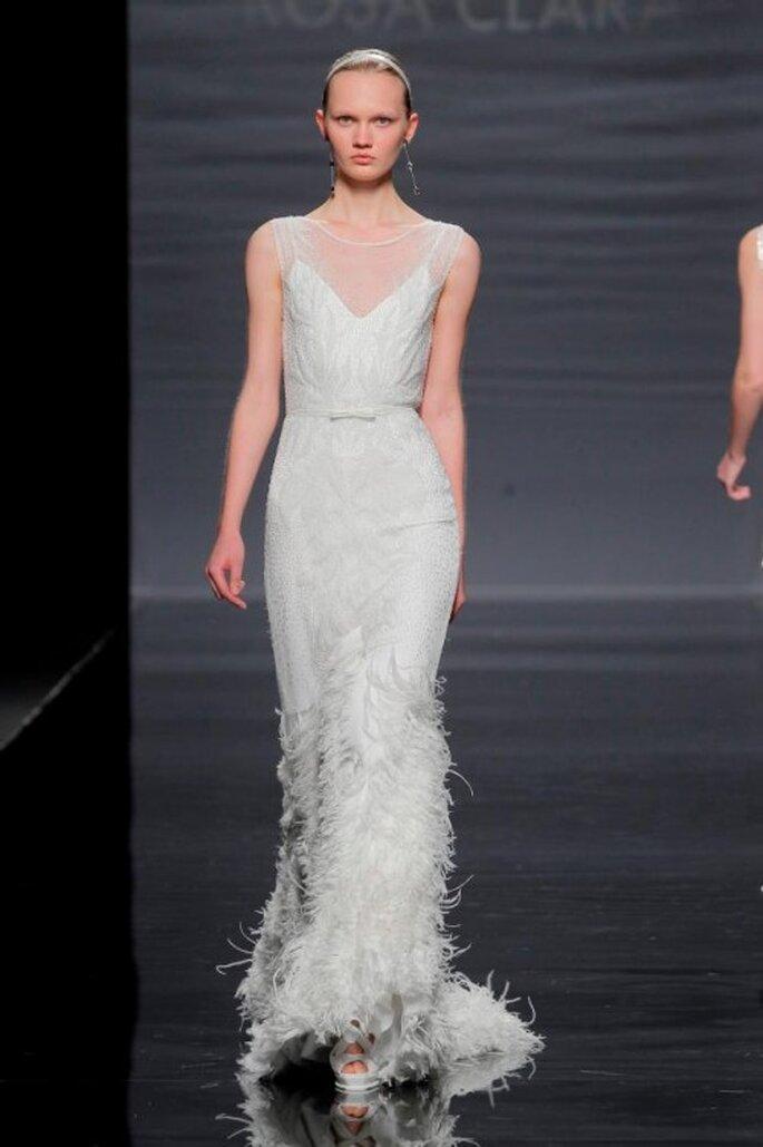 Vestido de novia con detalles de flequillos y escote en V - Foto Rosa Clará