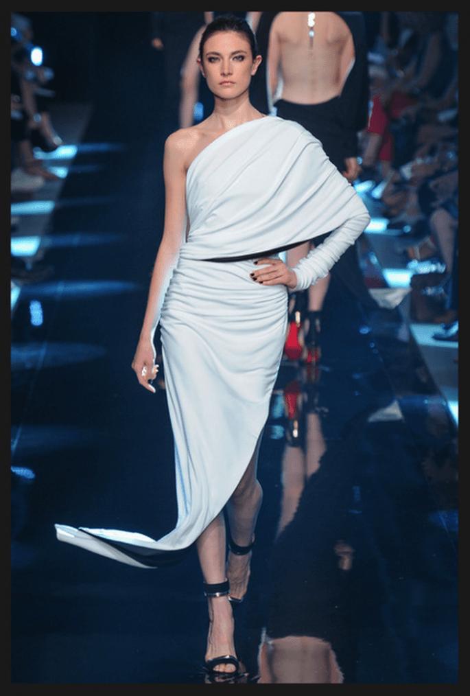 Vestido de novia alta costura con manga larga, escote y falda asimétricos - Foto Alexandre Vauthier