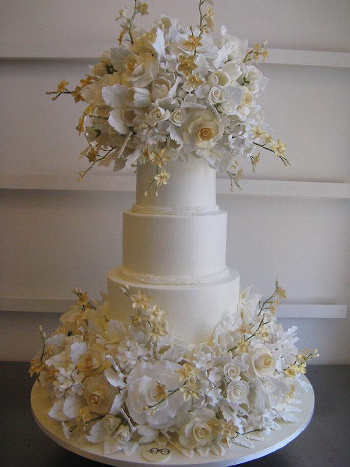 Pastel de bodas en color blanco con detalles de flores - Foto Sylvia Weinstock
