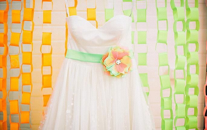 Robe de mariée avec sa ceinture colorée. Photo: Cathrin D'Entremont Weddings