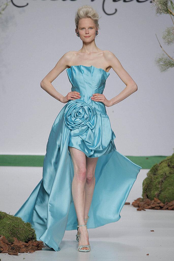 Vestido de fiesta con largo asimétrico y detalle floral en la cintura de Carla Ruiz 2014. Foto: Barcelona Bridal Week 2013 / Ugo Camera