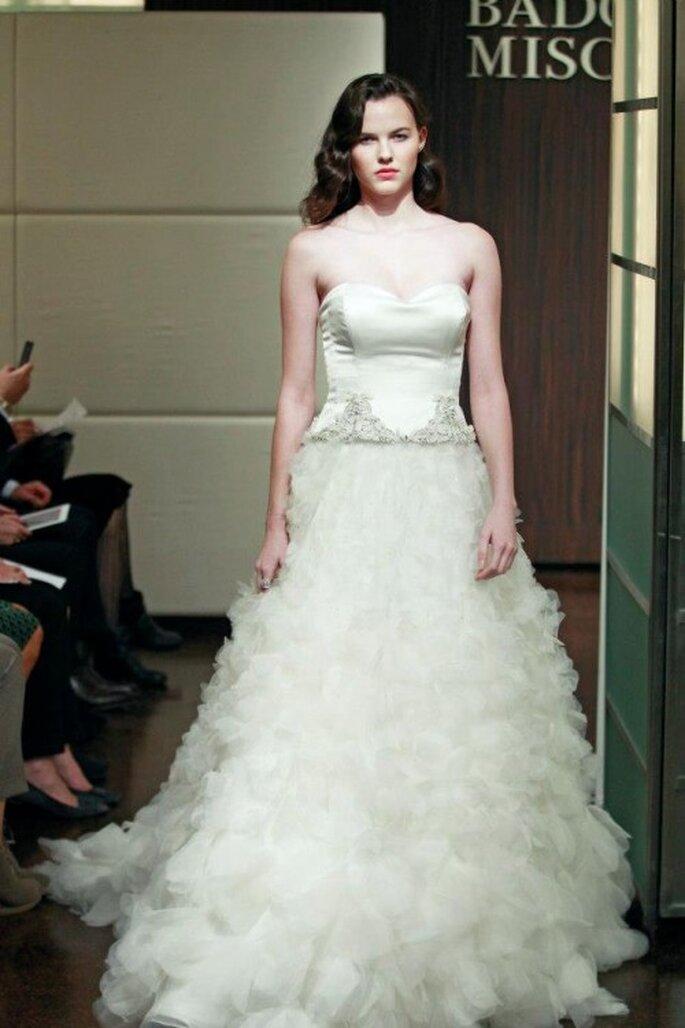 Vestido de novia otoño 2013 corte princesa con falda voluminosa y escote strapless - Foto Badgley Mischka