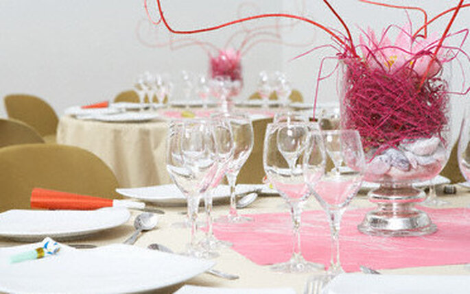 Mesa decorada con toques de rosa fuerte
