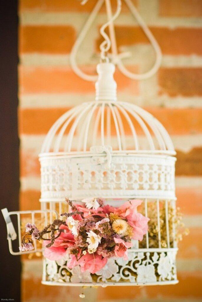 La jaula con flores da un toque delicado y romántico. Foto: Moniky Alves.