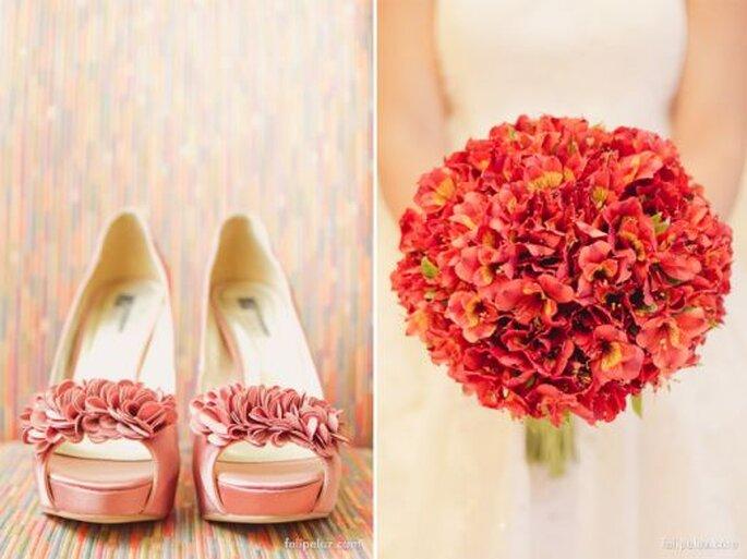 Chaussures de mariée roses assorties avec un bouquet plein de couleurs! Photo: Felipe Luz