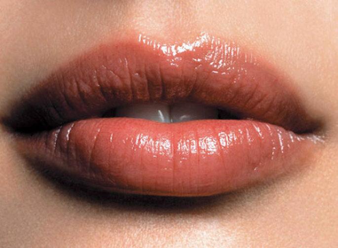 Para que tus labios no llamen más la atención que tus ojos, puedes aplicar un gloss con brillo