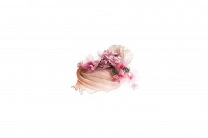 Para las novias más atrevidas que quieren un dar toque de color, el tocado Jardín Rose de Michel Meyer