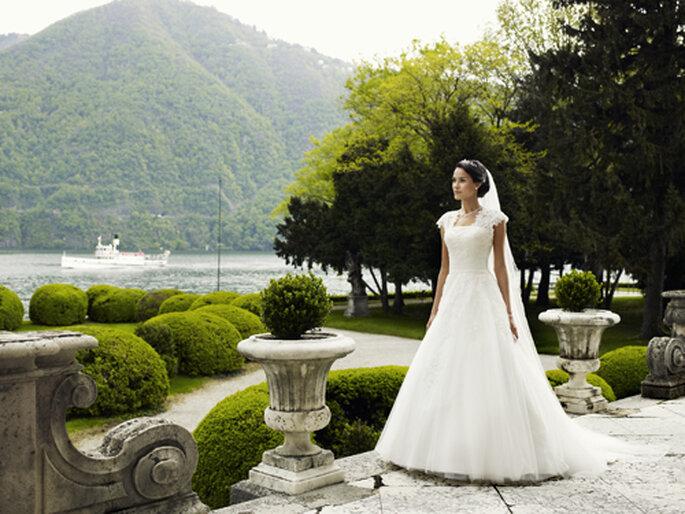 Brautkleid mit Spitzenärmel um 995,00,– Euro – Foto: Lilly