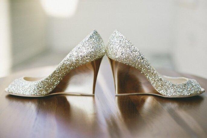 Zapatos de novia con aplicaciones y brillos - Onelove Photography