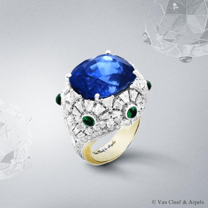 Anillo de compromiso de corte redondeado y voluminoso con diamantes, zafiros y esmeraldas - Foto Van Cleef & Arpels
