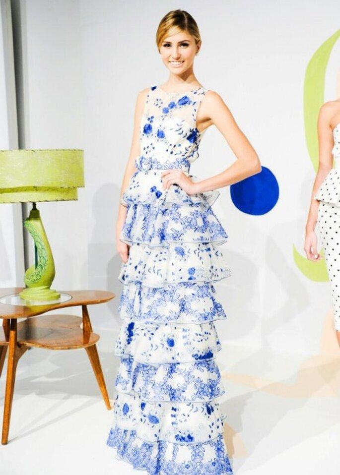 Vestido de fiesta largo en color azul con estampado gráfico - Foto Alice + Olivia