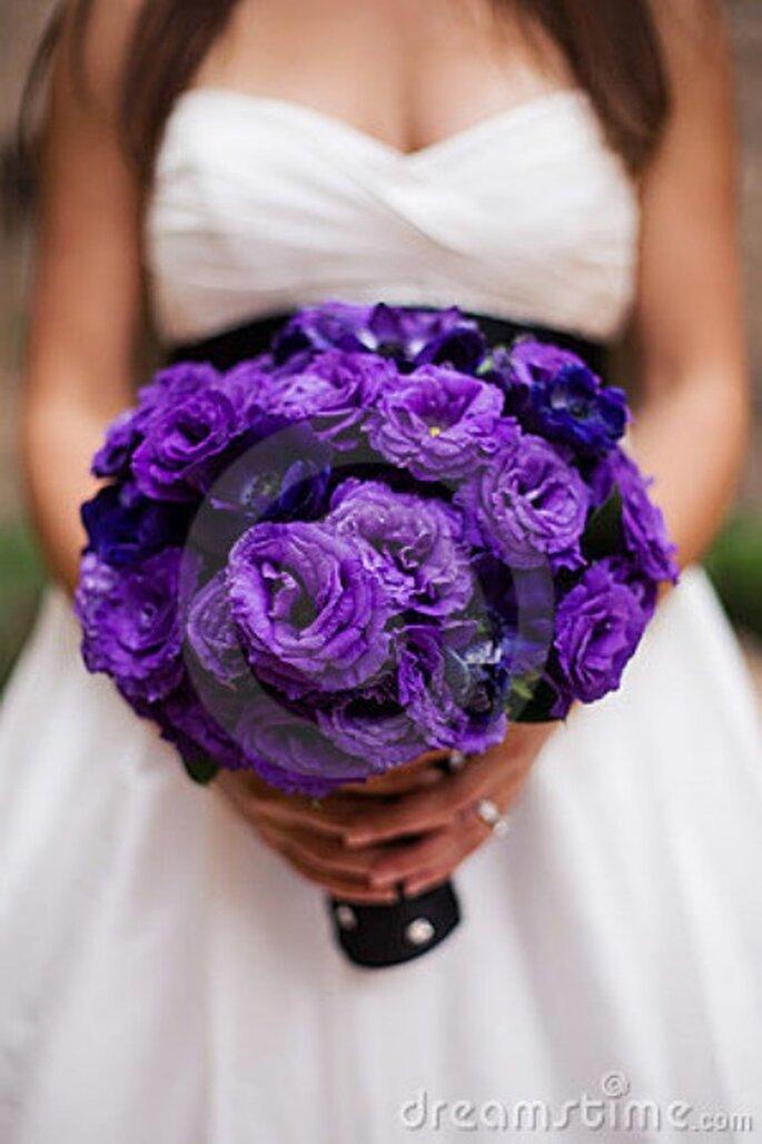 Ramo de novia con flores púrpuras - Dreamstime.com