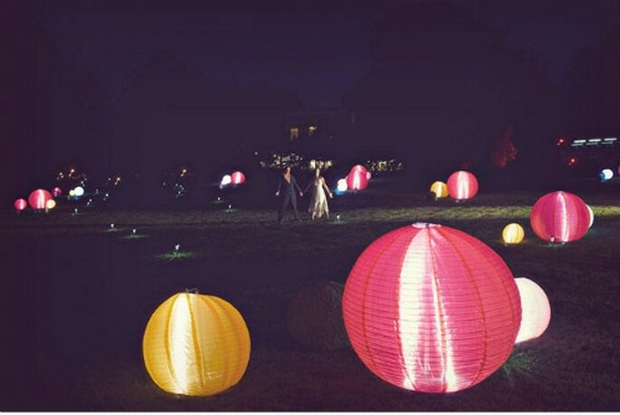 Lampade di carta giapponesi come decorazioni di nozze. Foto: Green Wedding Shoes