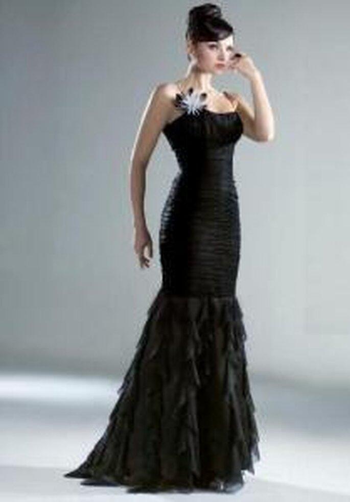 Esther Rodríguez 2009 - Rail, vestido largo negro de corte sirena, falda con volados, escote bañera. Aplique flor