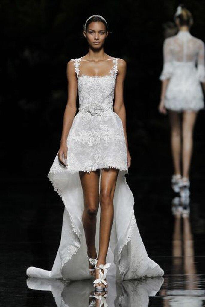 kurzes Brautkleid mit und Schleppe - Foto Pronovias