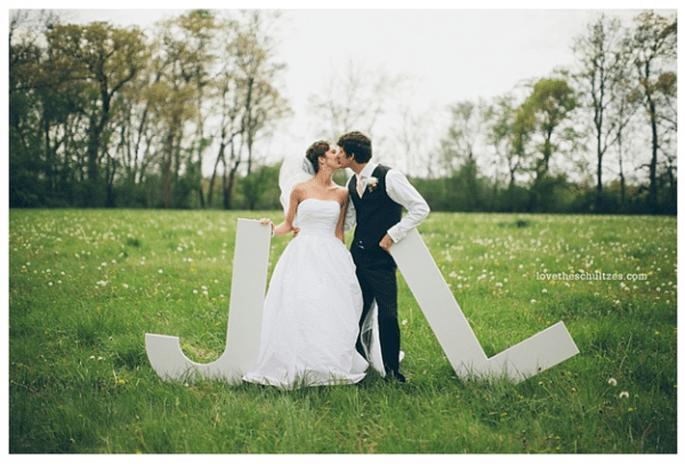 Decoración de boda con divertidas letras - Foto The Schultzes