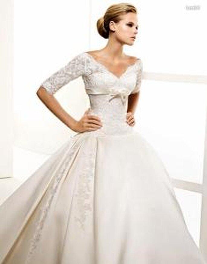 La Sposa 2010 - Lendel, vestido largo de corte princesa, en encaje y sedas, con mangas, escote en V abierto, lazado en el busto
