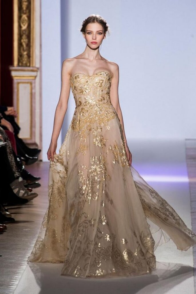 Vestido de novia en color dorado con escote strapless y bordados en relieve - Foto Zuhair Murad