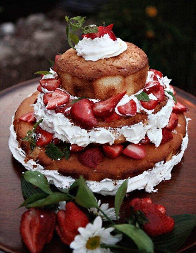 Naked wedding cake con bizcocho, cobertura y fresas. Foto: Sarah Culver